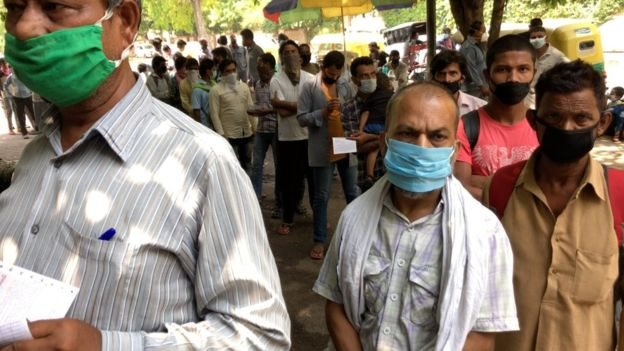 مسافرون متجمعون في الهند