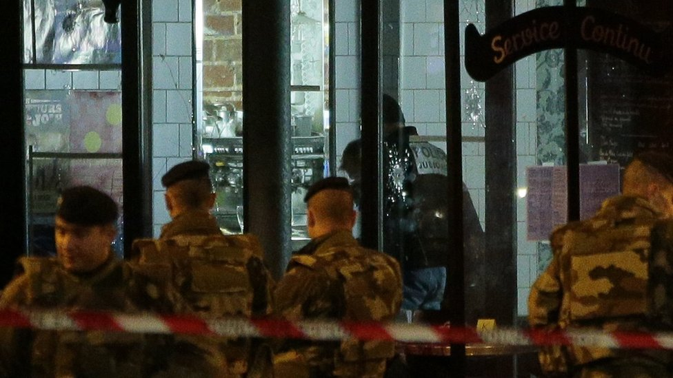 Soldiers search for evidence at La Belle Equipe bar (14 Nov)