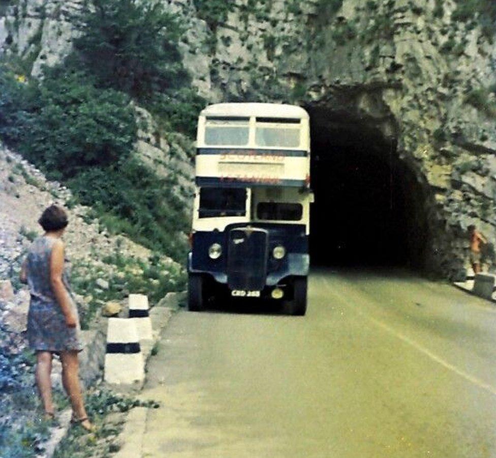 Vendi Skot na putu do vrha Čakora, klisura Rugova, gledajući autobus koji je nešto viši od tunela