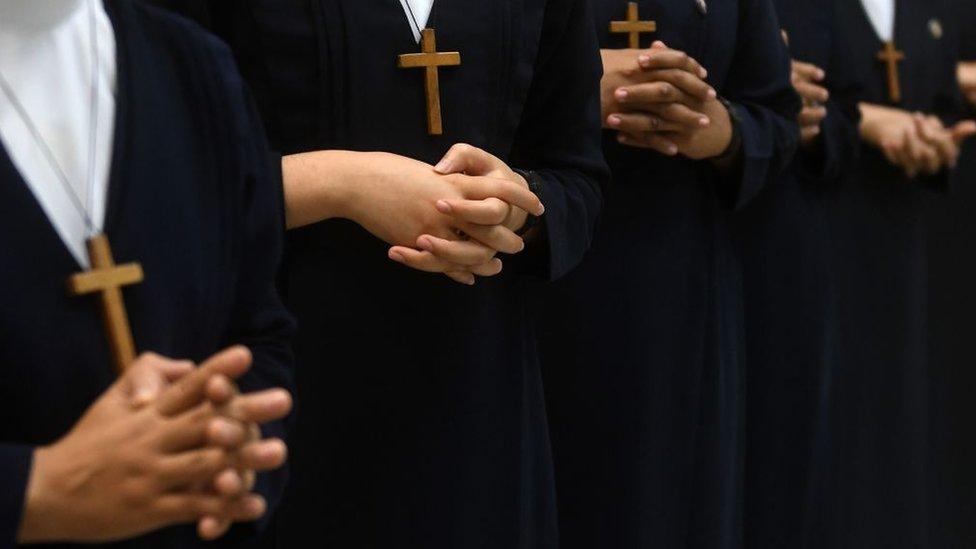 Monjas rezando.