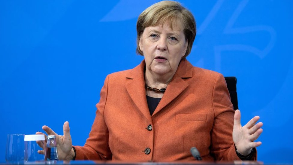 A chanceler alemã Angela Merkel anunciando um lockdown no dia 13 de dezembro