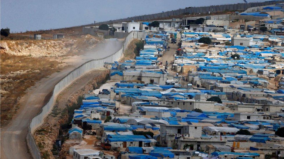 Un muro en la frontera entre Turquía y Siria, visto desde la ciudad siria de Atimeh, provincia de Idlib en octubre de 2010.