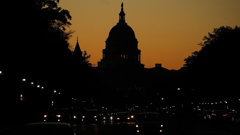 Silueta nocturna del Capitolio en Washington DC