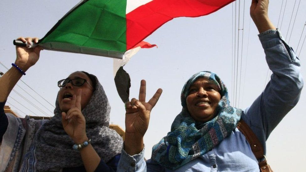 امرأتان من السودان تحتفلان بتوقيع اتفاقية الرابع من أغسطس/آب