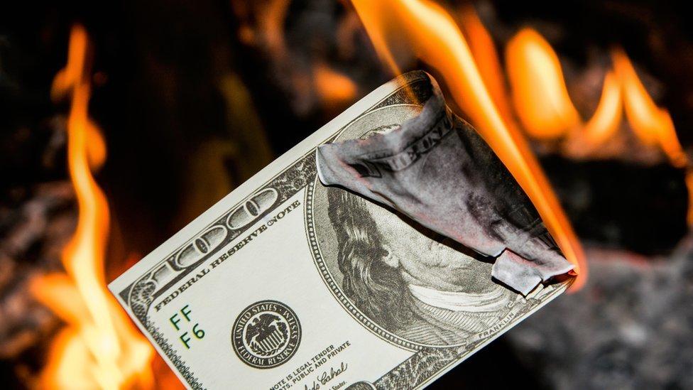 Dolar quemándose