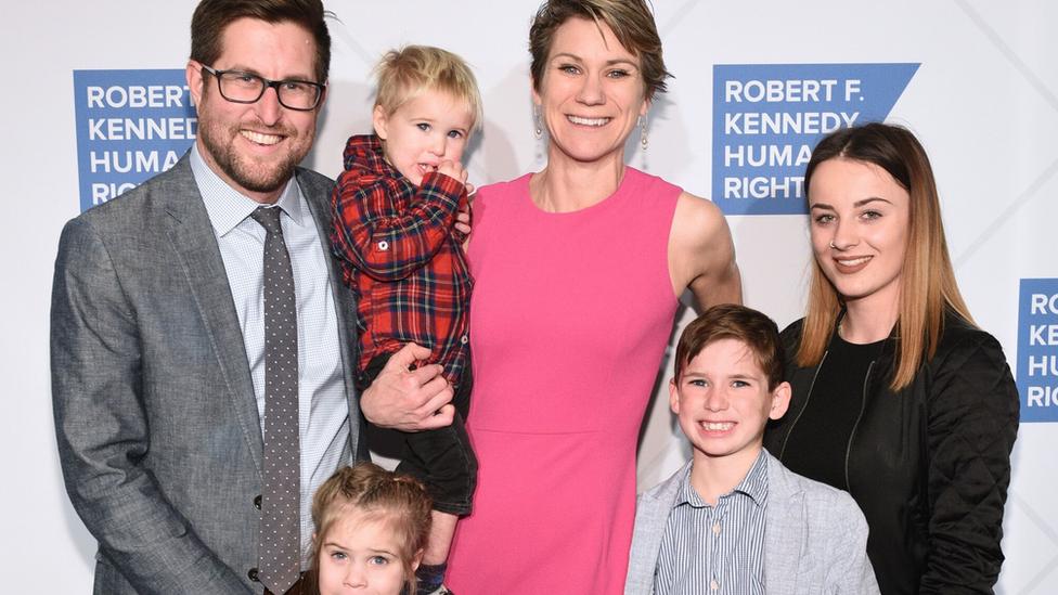 مايف كينيدي ماكين مع عائلتها