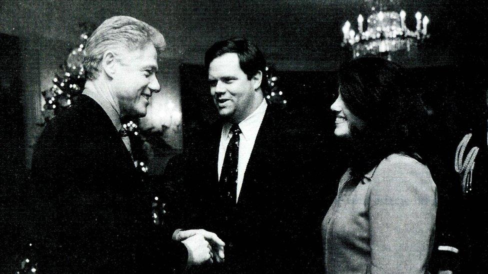 Monica Lewinsky aparece aquí con el presidente Clinton en la fiesta de navidad de 1996