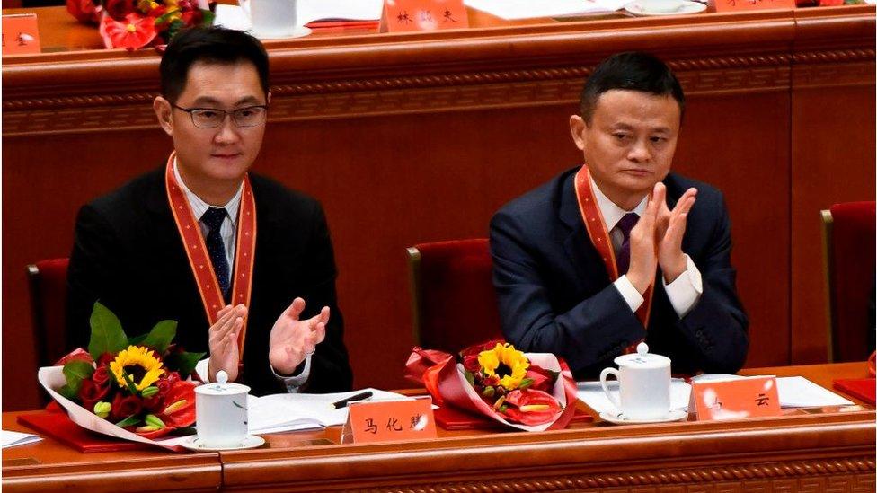 在習近平發表講話之前,中共給包括馬化騰、馬雲在內的100人頒發了改革先鋒的獎章。