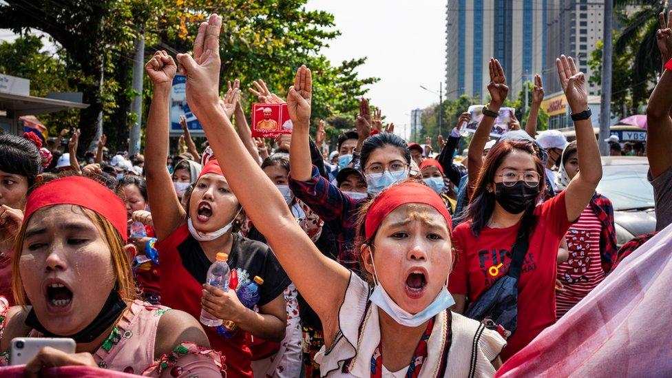 متظاهرون مؤيدون للديمقراطية في ميانمار