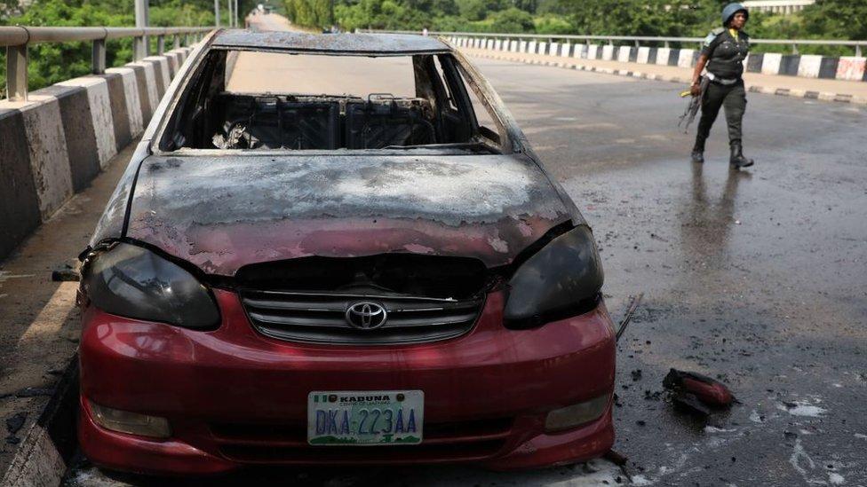 سيارة حرقها أنصار زكزاكي أمام مبنى البرلمان في يوليو/تموز 2019