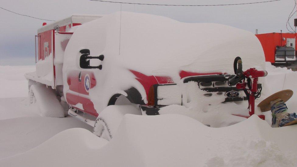 Un camión de bomberos cubierto de nieve.