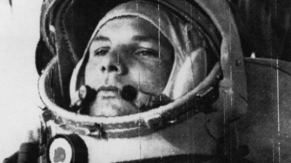 Yuri Gagarin con un casco espacial