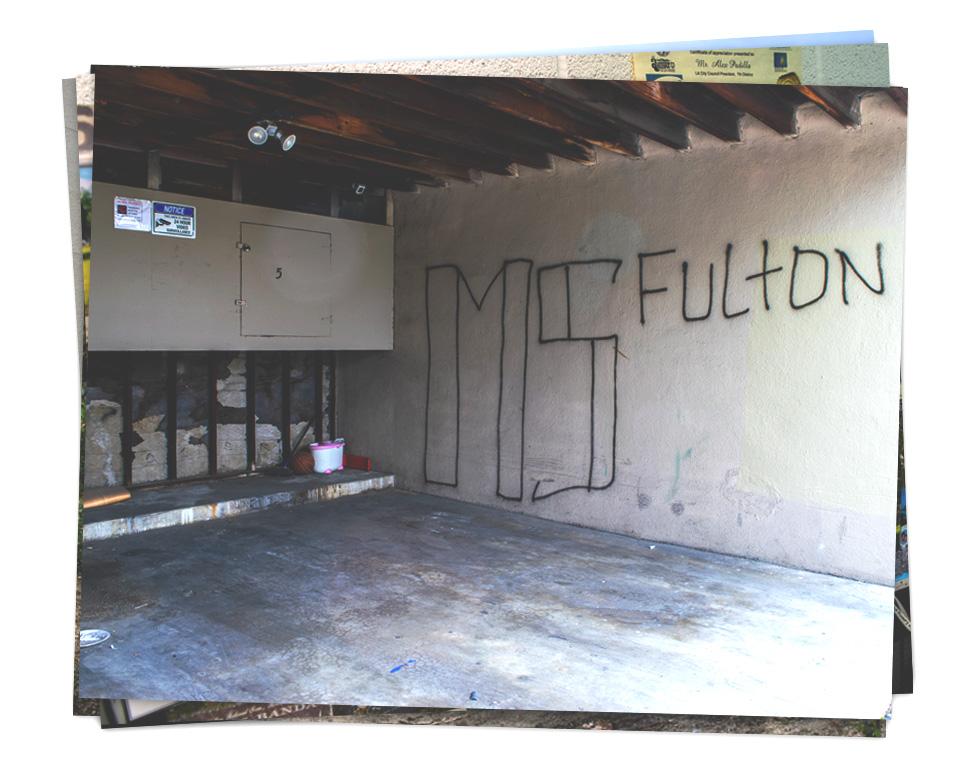 """Un grafiti que dice """"MS Fulton"""" en un puesto de estacionamiento de un edificio de viviendas en el Valle de San Fernando, en el norte de Los Ángeles"""
