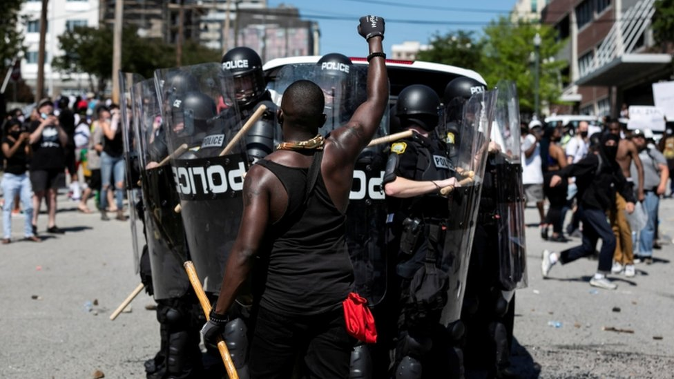 وقعت مصادمات بين الشرطة ومحتجين غاضبين