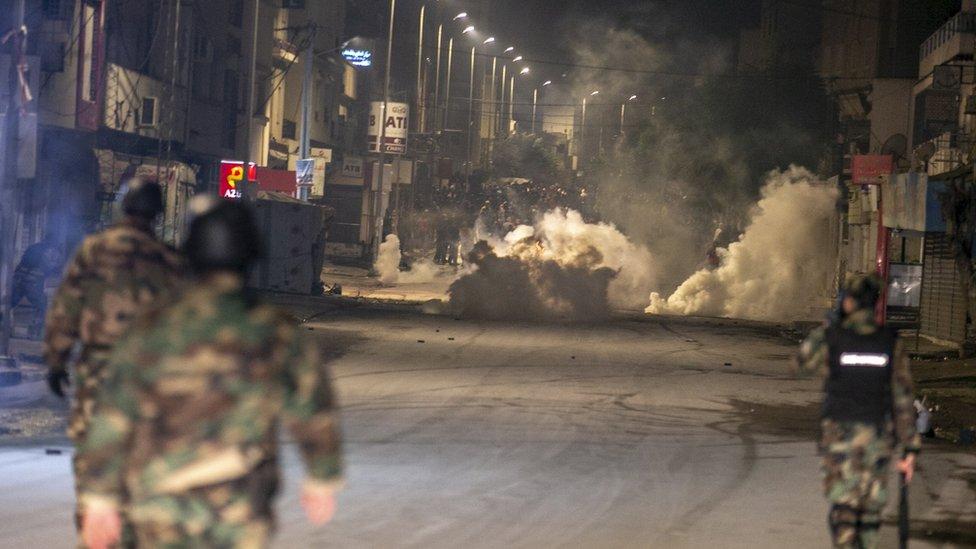 اشتباكات ليلية بن محتجين تونسيين وقوات الأمن بعد أيام من الذكرى العاشرة للثورة