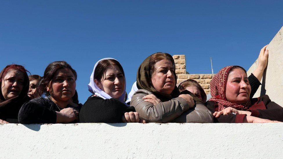 نساء إيزيديات أثناء جنازة في فبراير/شباط 2019