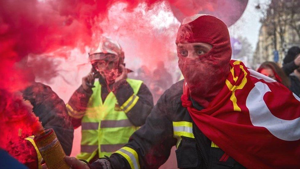 Французы уже неделю бастуют против пенсионной реформы