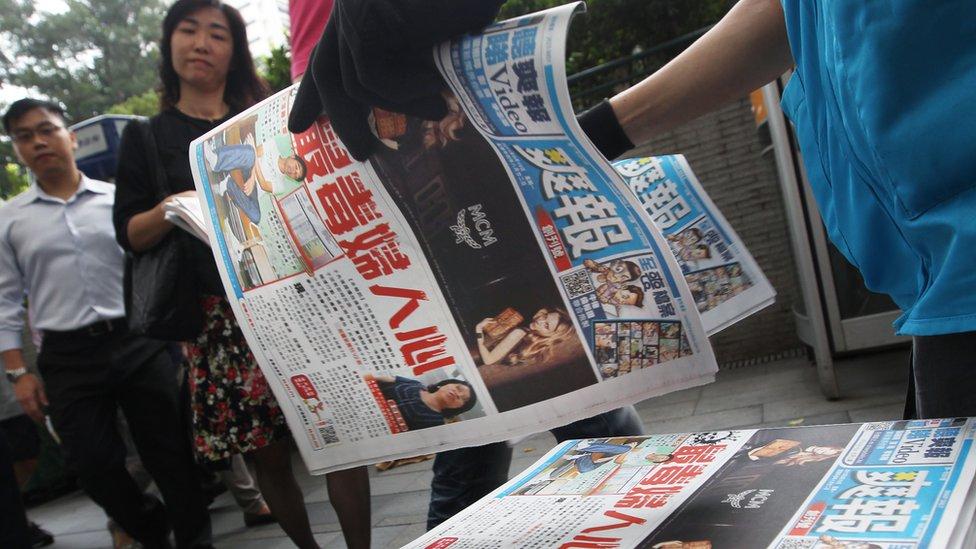 香港中環街頭民眾領取《爽報》創刊號(19/9/2011)