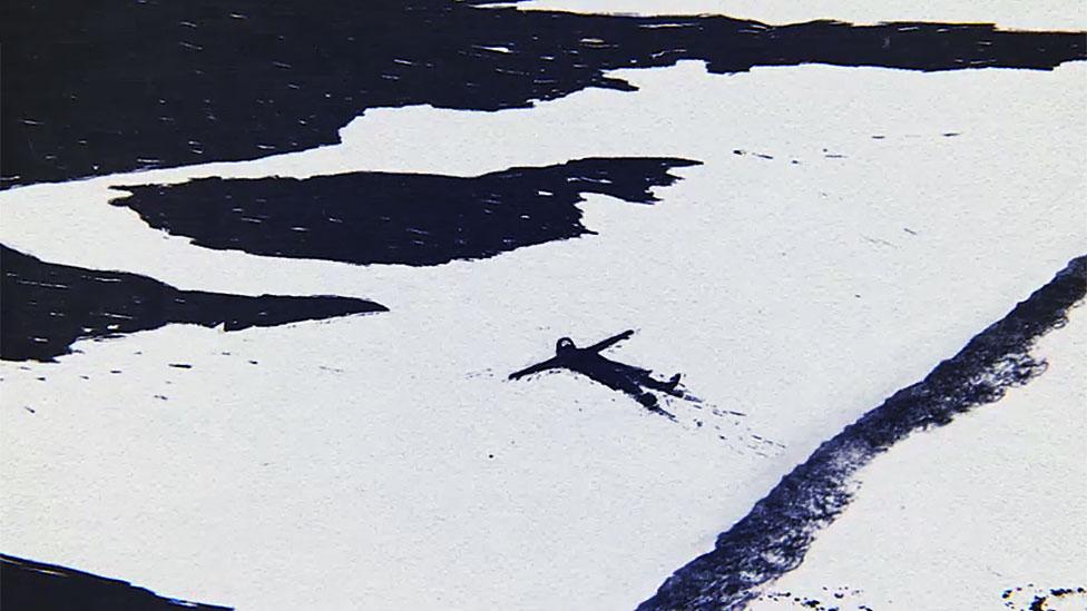 El hombre acostado en la playa solo