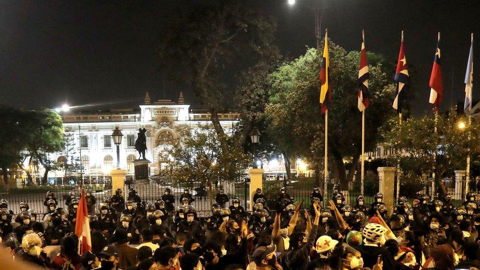 Este domingo, los ciudadanos volvieron a quedarse en las calles hasta altas horas de la noche a la espera de una solución a la crisis política.