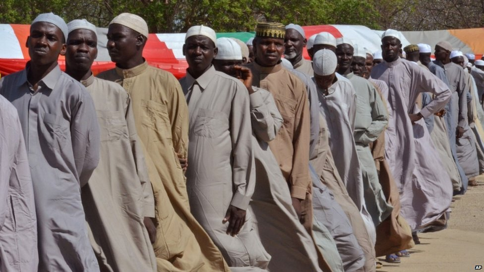 Men who were being detained on suspicion of affiliation to Boko Haram, line up as they are released by the Nigerian military in Maiduguri (06 July 2015)