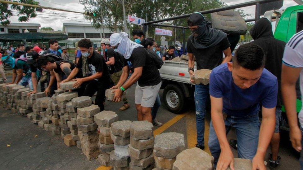 Estudiantes montan una barricada en Nicaragua