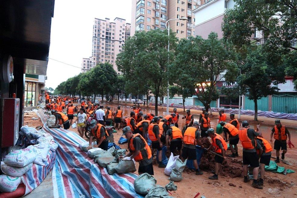 已有數以千計的士兵和公務員被派往長江附近進行護堤。