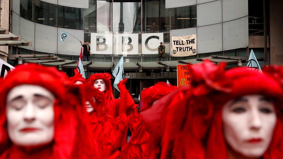 Фото: Екоактивісти заблокували вхід до головного офісу BBC у Лондоні