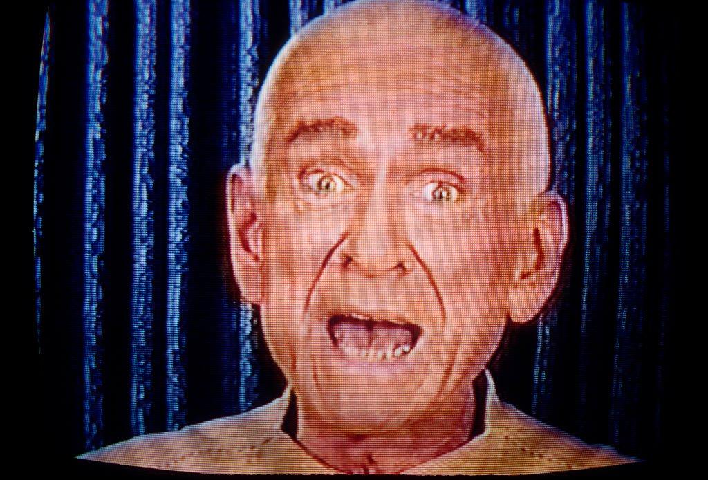 Marshall Herff Applewhite, fundador y colíder de Heaven's Gate, hablándole a los seguidores por televisión.