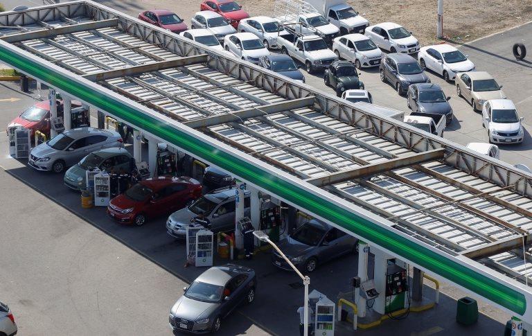 La escasez de combustible ha provocado enormes colas en las gasolineras de algunos estados.