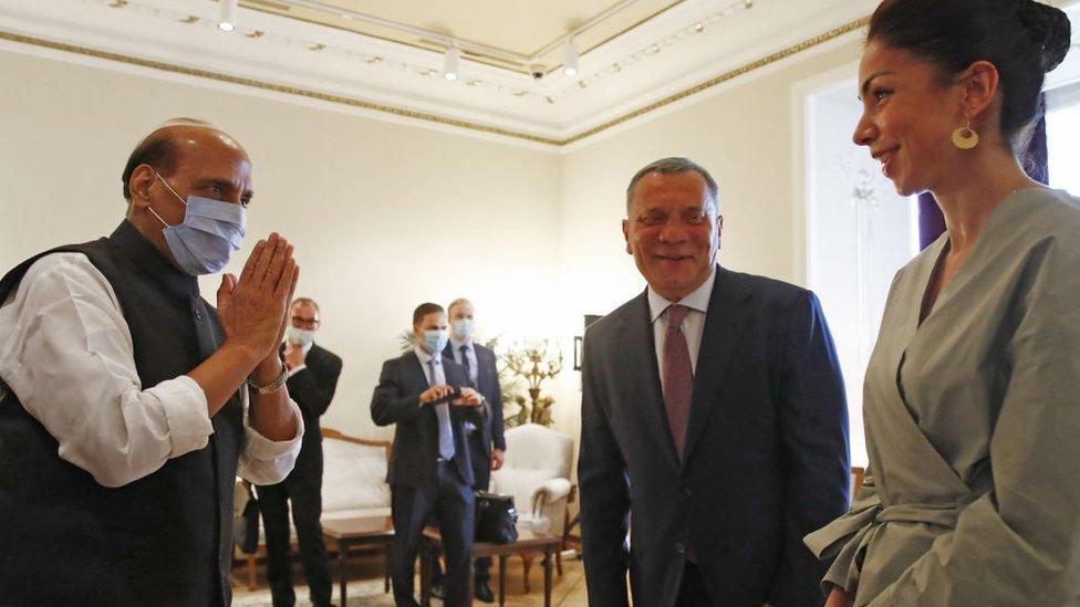 El ministro de defensa de India, Rajnath Singh (izq.) y el vice primer ministro de Rusia, Yuri Borisov (centro)