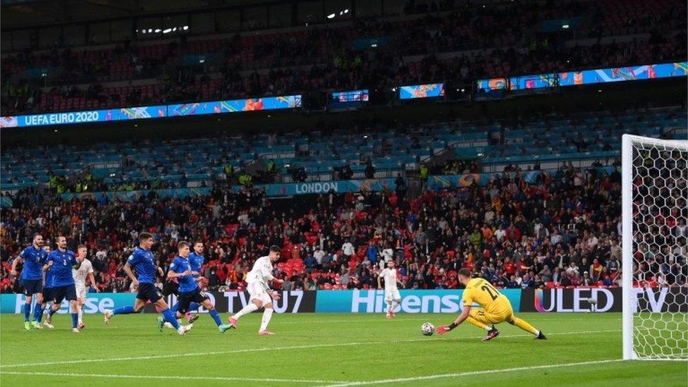 Álvaro Morata dispara al arco