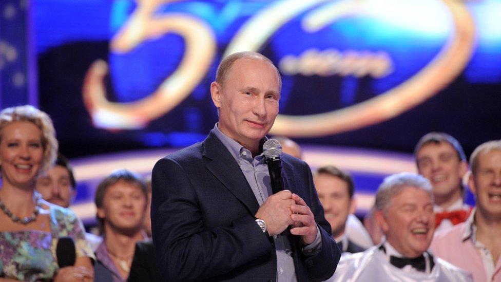 Vladimir Putin asiste a la celebración de 50 aniversario del programa cómico KVN, en Moscú, el 13 de noviembre de 2011.