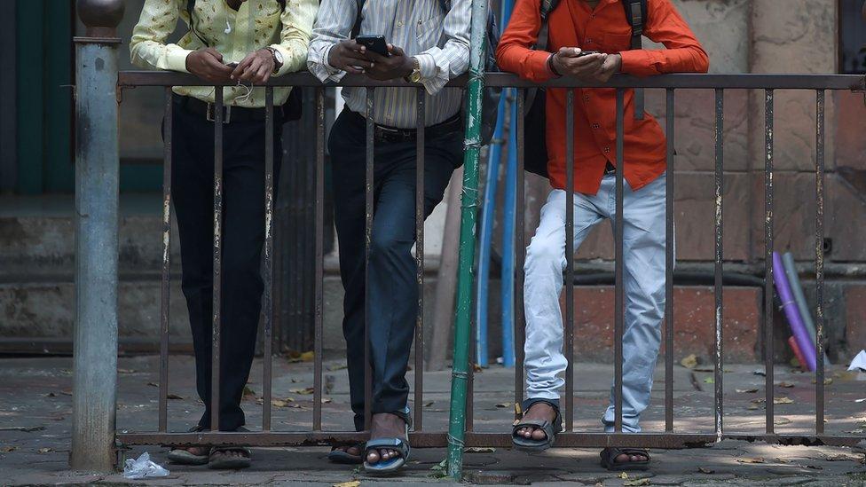 Imagen representativa de jóvenes con el celular.