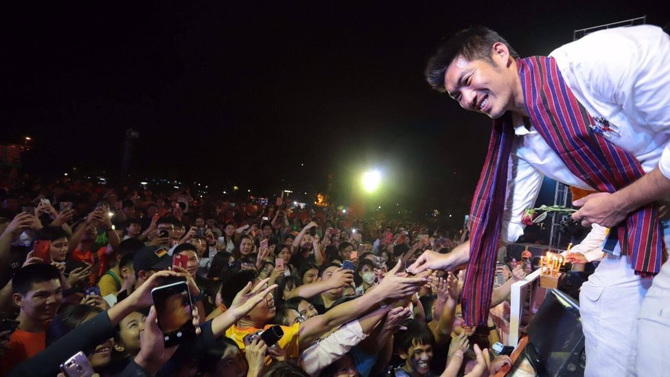 Thanatorn Juangroongruangkit greeting his young supporters at a rally