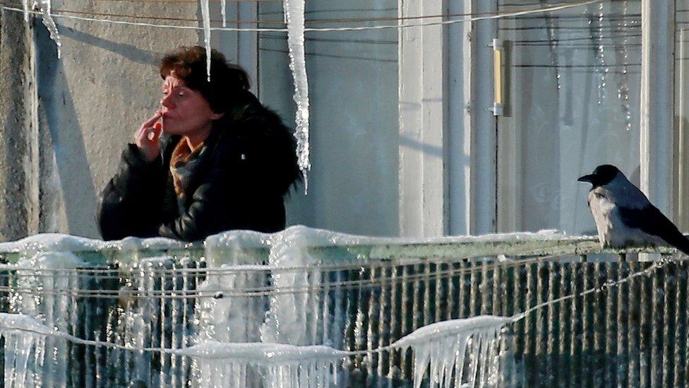 Većina pušača u Rusiji izlazi na terasu da bi zapalil cigaretu