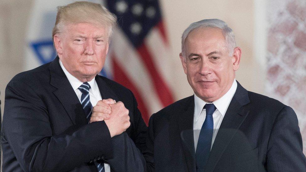 US President Donald Trump (L) and Israeli Prime minister Benjamin Netanyahu (R) hold hands at the Israel Museum, Jerusalem (23 May 2017)