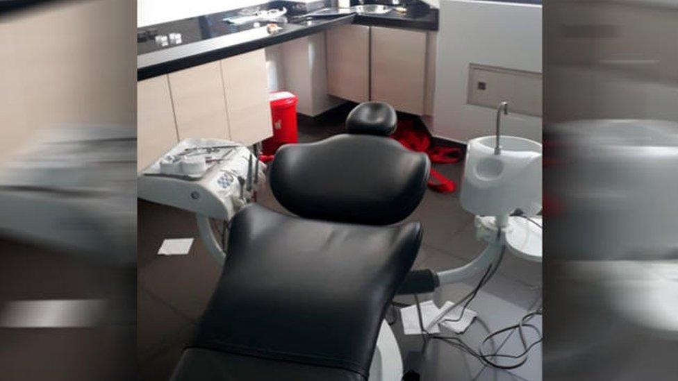 Consultorio odontológico con una cuerda roja en el fondo
