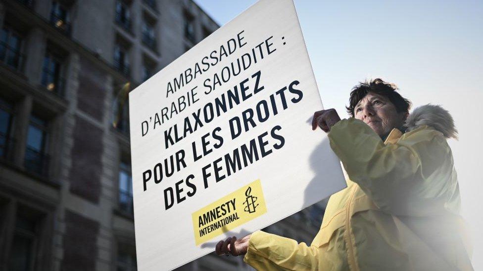 متظاهرة أمام السفارة السعودية في بارس يوم 8 آذار 2019