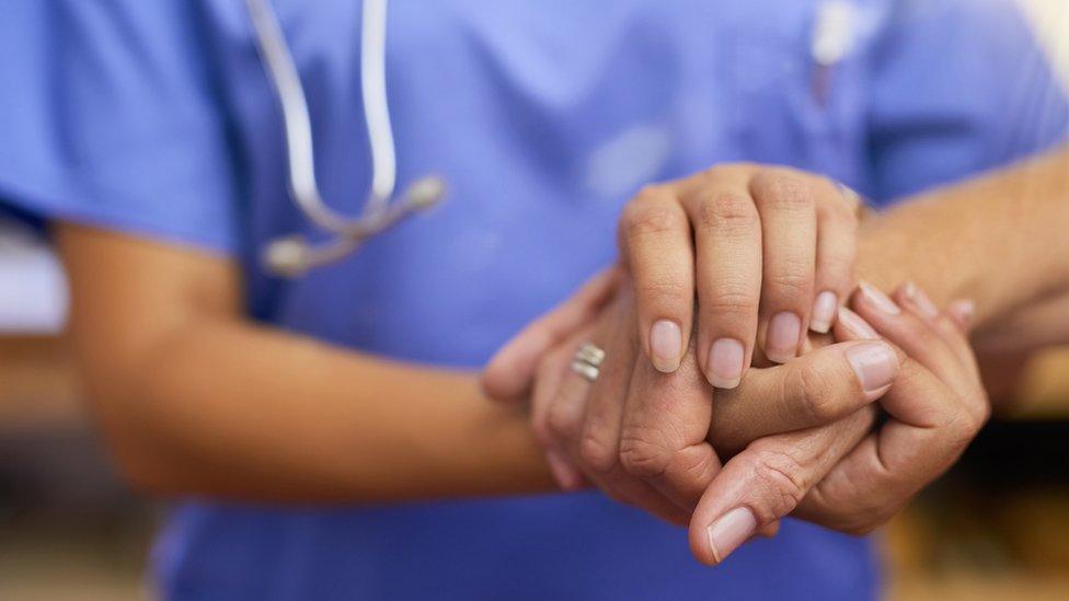 Manos tomadas doctora y paciente