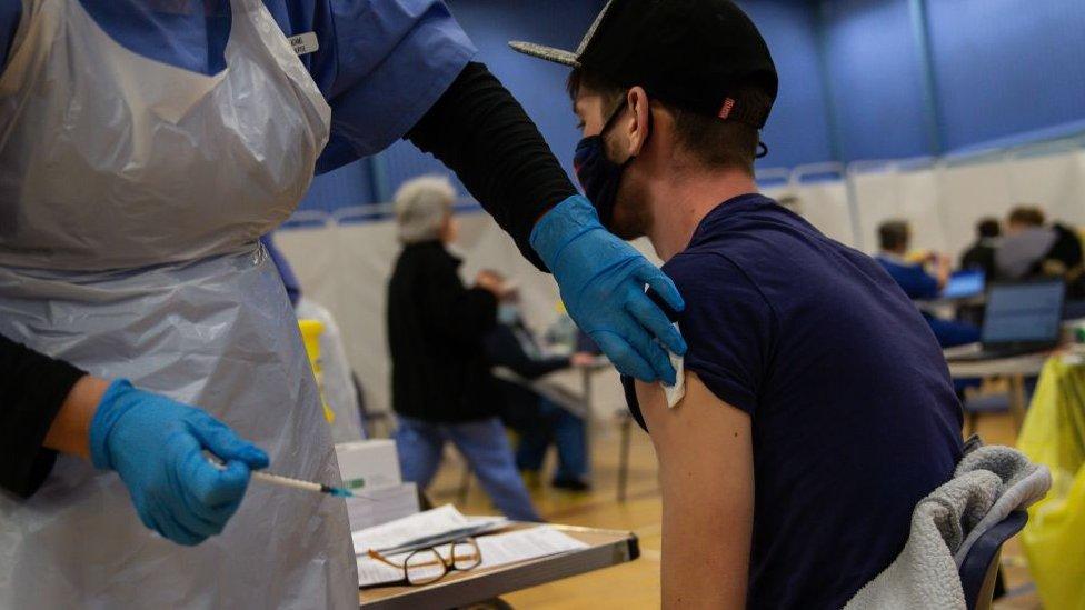 Vacunación de personal sanitario en Gales, Reino Unido.