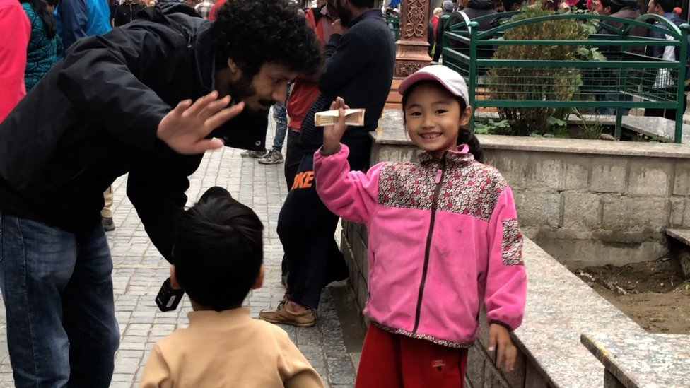 लेह बाज़ार में स्थानीय बच्चों के साथ बीबीसी संवाददाता