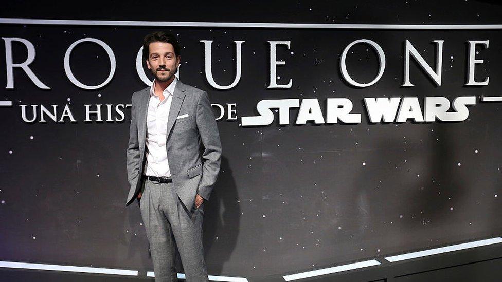 Diego Luna frente a un poster de Star Wars