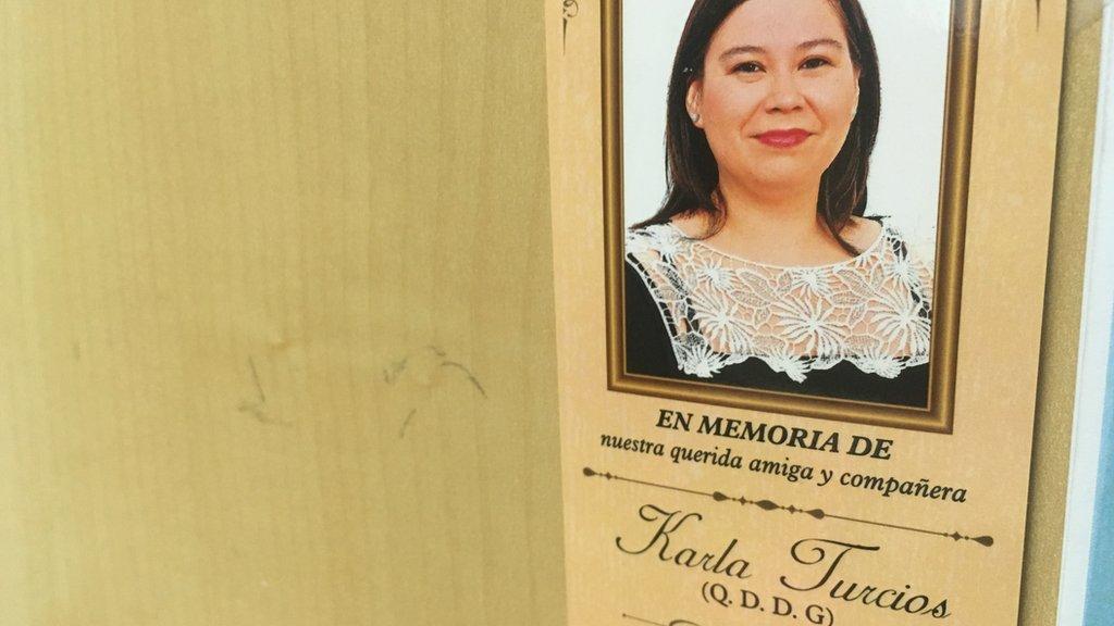 Una tarjeta que le hicieron en homenaje a Karla Turcios en el diario.