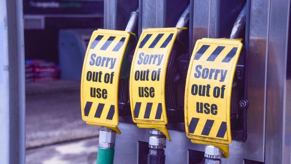 Паника на заправках. Почему британские водители выстроились в очереди за бензином