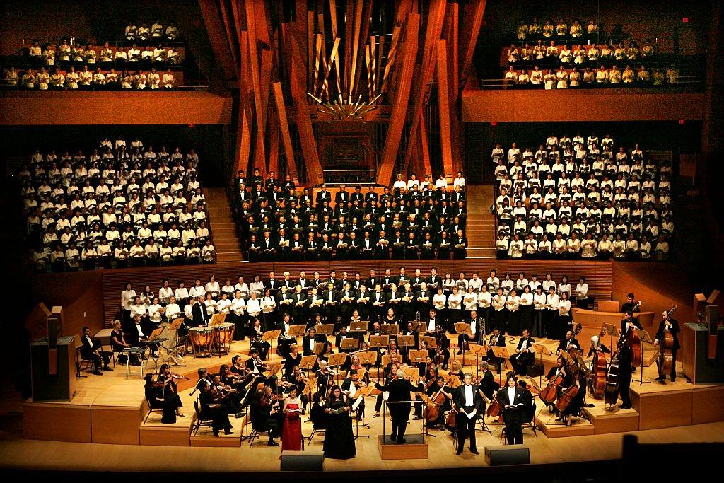 """La sinfónica Asiática-estadounidense, con 400 cantantes en el coro, interpreta la """"Novena sinfonía"""" de Beethoven en la sala de conciertos Walt Disney"""