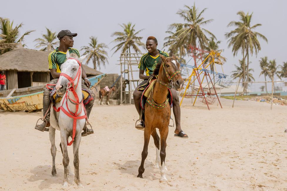 dvojica muškaraca jašu konje