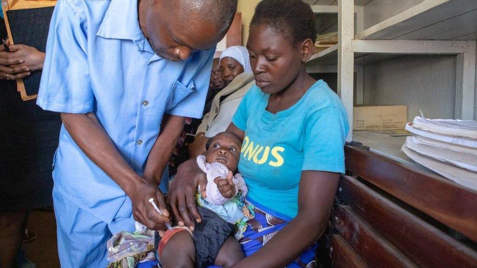 Una niña siendo vacunada en Malawi en 2019.