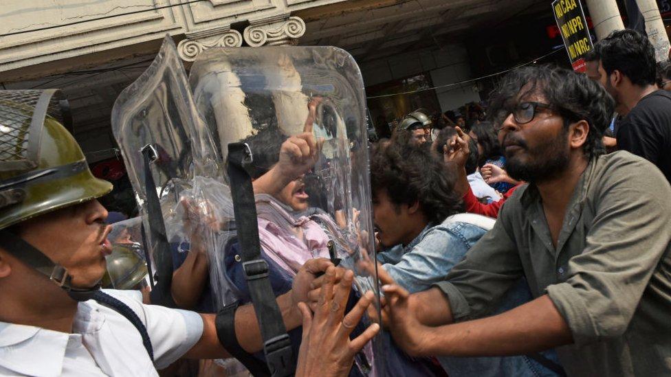 Aktivis partai politik, mahasiswa Universitas yang berbeda meneriakkan slogan-slogan dan mahasiswa mencoba mendobrak barikade polisi selama protes menentang undang-undang kewarganegaraan baru India