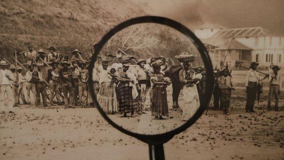 Pessoas escravizadas reunidas em propriedade rural